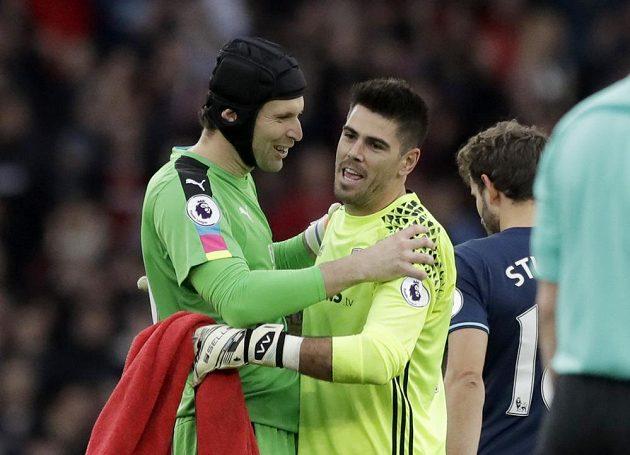 Nejlepší hráči na hřišti. Petr Čech z Arsenalu (vlevo) i Victor Valdés z Middlesbrough udrželi čistá konta.