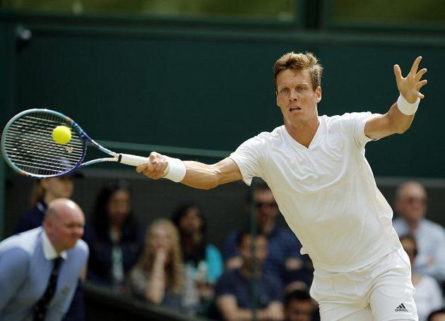 Český tenista Tomáš Berdych během zápasu s Němcem Alexandrem Zverevem ve třetím kole Wimbledonu.