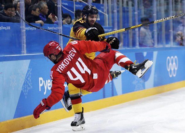 Ostrá hokejová bitva o zlato v podání ruského hráče Jegora Jakovleva a Němce Felixe Schutze.