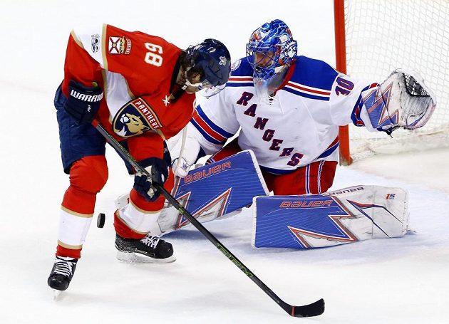 Jaromír Jágr (68) z Floridy se snaží zakončit před brankářem New Yorku Rangers Henrikem Lundqvistem (30).