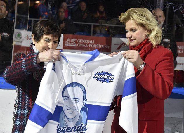 Vdova po hokejovém trenérovi Ivanu Hlinkovi Liběna Hlinková (vpravo) a vdova po hokejové legendě Vlastimilu Bubníkovi Hana Bubníková-Machatová.