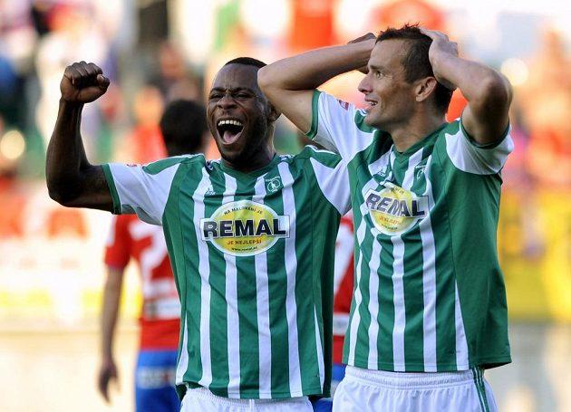 Zleva Elie N'Dekre a Erich Brabec se radují z remízy s Plzní, která jim zajistila setrvání v první lize.