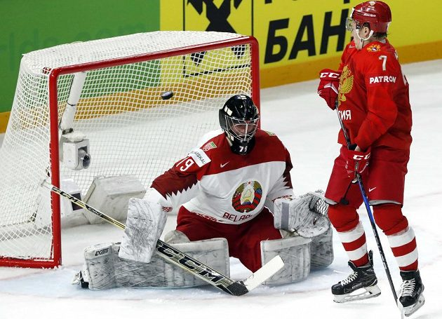 Ruský útočník Kiril Kaprizov před běloruským brankářem Vitalijem Trusem.