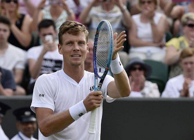 Tomáš Berdych se raduje z postupu do třetího kola Wimbledonu.