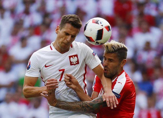 Polák Arkadiusz Milik (vlevo) a Švýcar Valon Behrami bojují o míč.