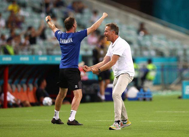 Radost dánského trenéra Kaspera Hjulmanda poté, co jeho tým zvýšil vedení ve čtvrtfinále EURO nad Českem na 2:0.