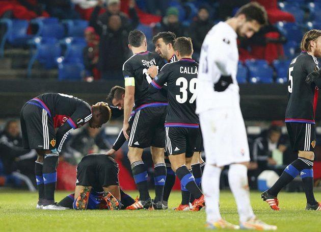 Fotbalisté Basileje se radují ze vstřeleného gólu v EL nad Fioretinou. Uprostřed kapitán Marek Suchý.