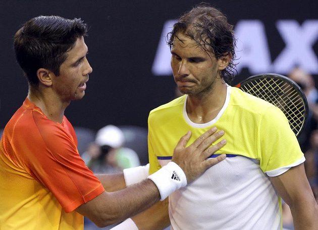 Španělský tenista Fernando Verdasco (vlevo) bezprostředně poté, co vyřadil slavnějšího krajana Rafaela Nadala v prvním kole Australian Open.