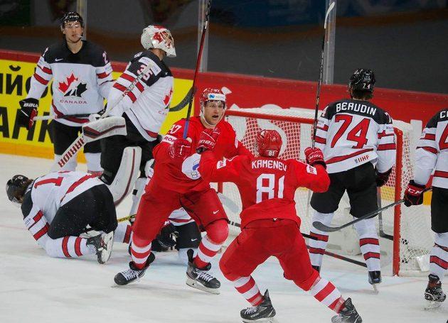 Hokejisté Ruska se radují z branky proti Kanadě