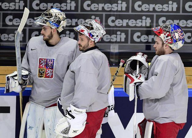 Brankáři(zleva) Matěj Machovský, Dominik Furch a Pavel Francouz při rozbruslení před prvním zápasem MS s Rusy.