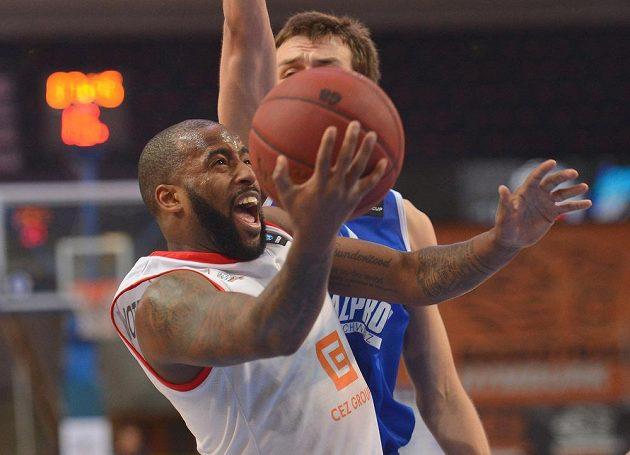 Nymburský basketbalista Darius Washington v utkání proti Petrohradu.