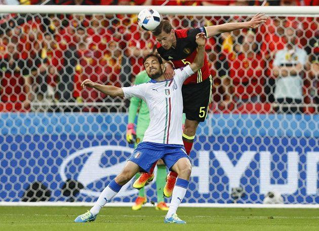 Belgičan Jan Vertonghen (vpravo) odhlavičkovává míč před Italem Marco Parolem.