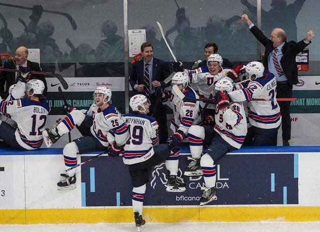 Radost amerických juniorů po finále MS. Je rozhodnuto, porazili Kanadu 2:0 a získali světový titul.