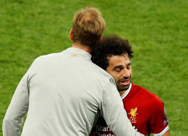 Liverpoolského Mohameda Salaha utěšuje kouč Jürgen Klopp při odchodu ze hřiště ve finále Ligy mistrů.