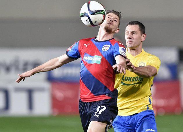 Patrik Hrošovský z Plzně si kryje míč před Róbertem Matějovem ze Zlína.