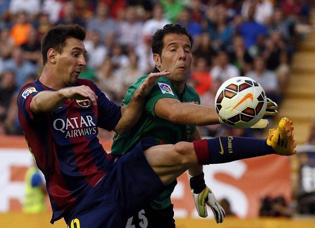 Barcelonský Lionel Messi (vlevo) a brankář Vallecana Tono Rodriguez.