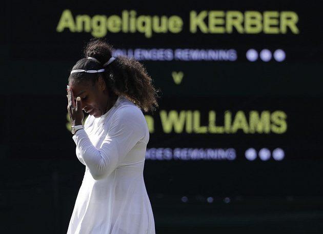 Těžké chvíle. Serena Williamsová z USA prohrála ve finále Wimbledonu s Angelique Kerberovou z německa.