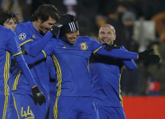 Záložník Rostova Christian Noboa (druhý zprava) slaví se spoluhráči gól proti Bayernu v zápase Ligy mistrů.