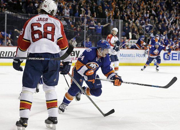 Obránce NY Islanders Thomas Hickey (14) jásá, dal rozhodující gól. Jaromír Jágr (68) mu ve střele nestihl zabránit.