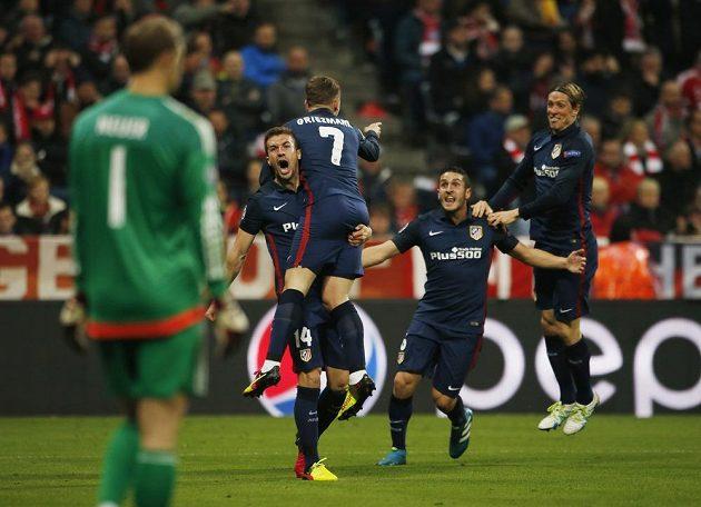 Hráči Atlétika Madrid se radují z gólu Antoinea Griezmanna v Mnichově.