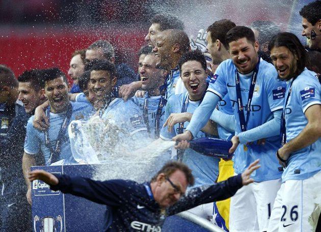 Fotbalisté Manchesteru City slaví triumf v anglickém Ligovém poháru.
