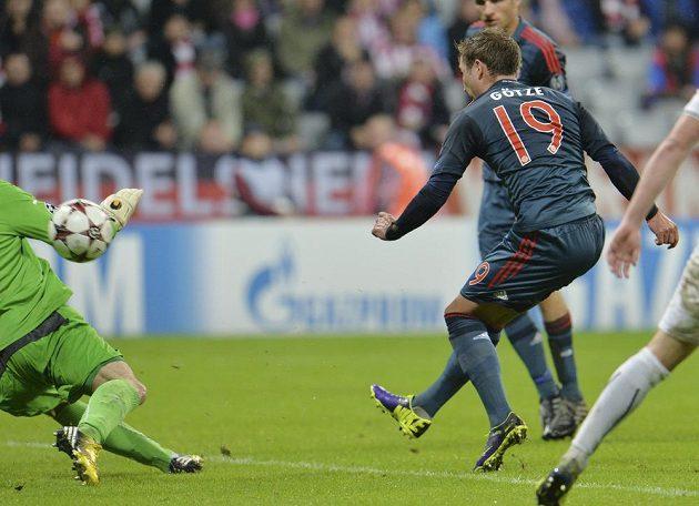 Mario Götze překonává plzeňského brankáře Matúše Kozáčika a střílí pátý gól Bayernu.