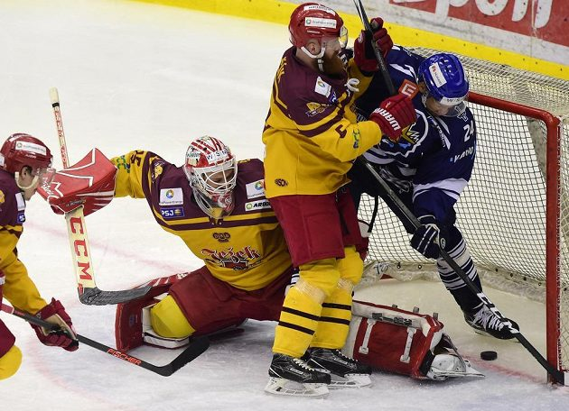 Brankář Dukly Miroslav Svoboda, jeho spoluhráč Vlastimil Bilčík a Josh Gratton z Kladna během semifinále play off první hokejové ligy.