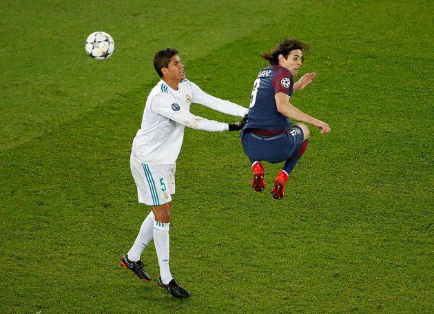 Obránce Realu Madrid Raphael Varane se snažil bránit Edinsona Cavaniho z PSG všemi možnými způsoby.