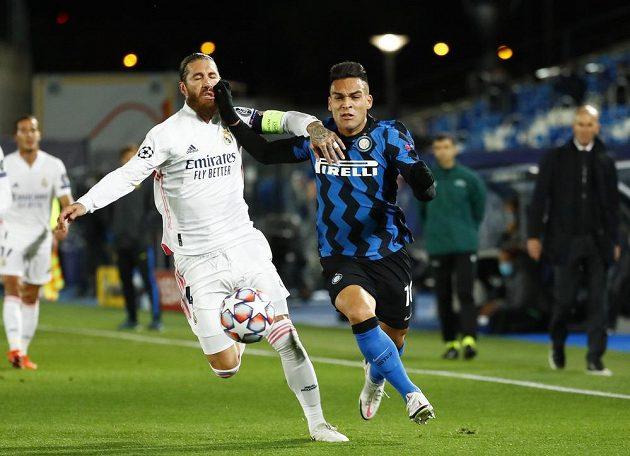 V ostrém souboji o míč se setkali Lautaro Martínez (vpravo) z Interu Milán a pilíř defenzívy Realu Madrid Sergio Ramos.