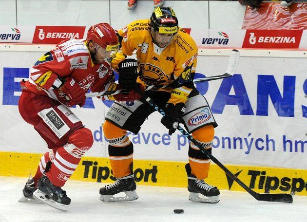 Obránce Třince Lukáš Galvas (vlevo) a litvínovský útočník Robin Hanzl.