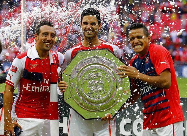 Alexis Sánchez (vpravo) už stačil s Arsenalem vyhrát anglický Superpoháru Community Shield.