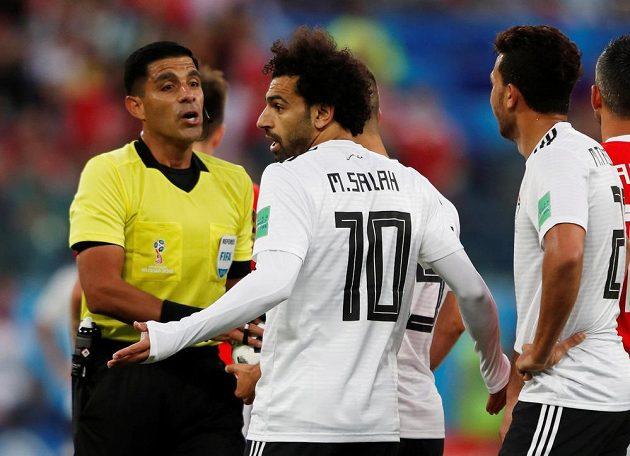 Egyptský kanonýr Mohamed Salah diskutuje s rozhodčím zápasu MS s Ruskem.