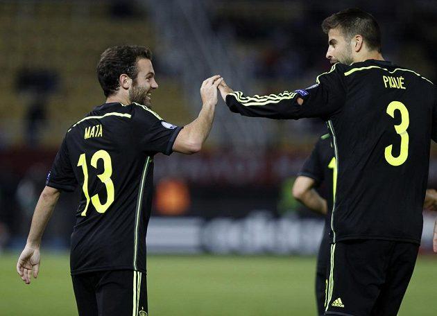 Španělský záložník Juan Mata (vlevo) a obránce Gerard Piqué slaví gól v síti Makedonie.