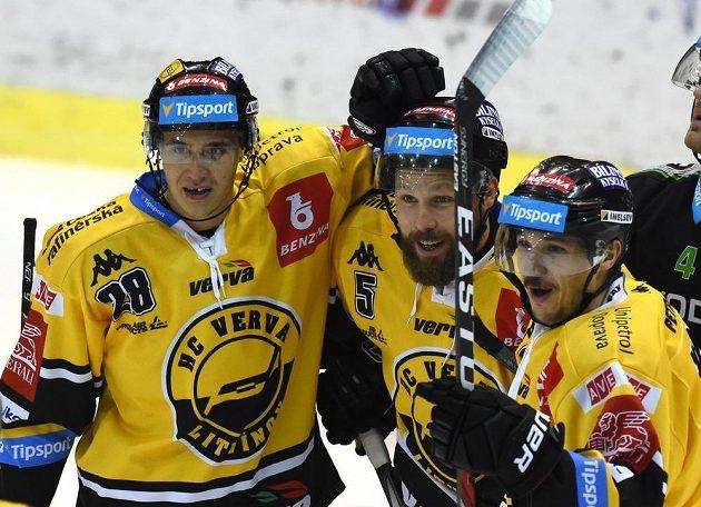 Litvínovští hokejisté slaví gól proti Mladou Boleslaví. Zleva Karel Kubát, Michal Trávníček a autor branky František Gerhát.