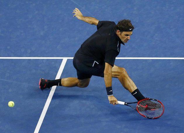 Švýcar Roger Federer v utkání s Gaelem Monfilsem z Francie.