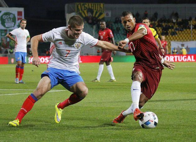 Rus Igor Denisov (vlevo) v souboji s Nanim z Portugalska.