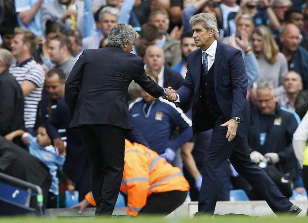 José Mourinho z Chelsea a jeho protějšek z Manchesteru City Manuel Pellegrini.