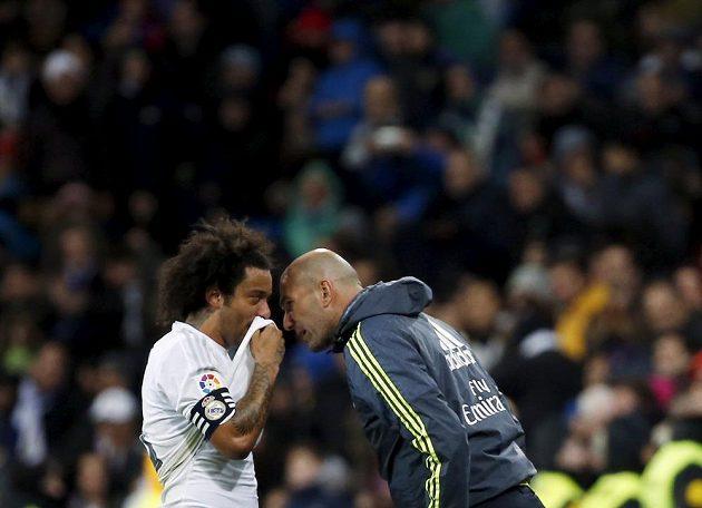 Nový kouč Realu Madrid Zinédine Zidane hovoří s obráncem Marcelem.