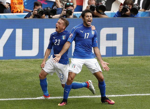 Italové Éder a Emanuele Giaccherini (vlevo) se radují z vítězné trefy proti Švédsku.