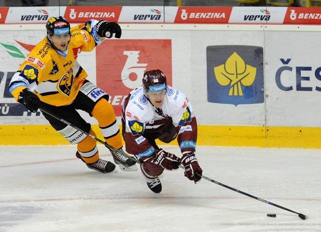 Tomáš Pavelka z Litvínova (vlevo) a sparťanský útočník Miroslav Forman během utkání 6. kola hokejové Tipsport extraligy.