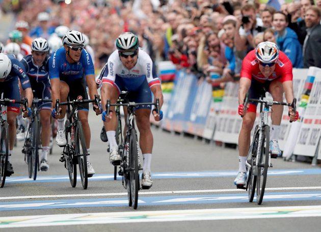 Slovák Peter Sagan (uprostřed) ve finiši uhájil vedení, vpravo Alexander Kristoff z Norska.