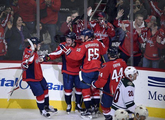 Hokejisté Washingtonu oslavují vítěznou branku Dmitrije Orlova (9) v duelu NHL proti Minnesotě.