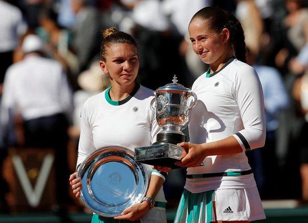 Obě aktérky finále ženské dvouhry na French Open, zleva poražená finalistka Simona Halepová, vpravo vítězka Jelena Ostapenková.