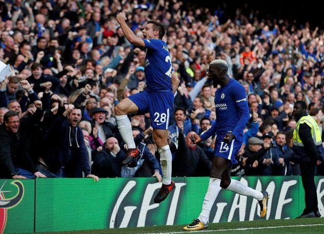 Fotbalisté Chelsea Cesar Azpilicueta a Tiemoue Bakayoko slaví v utkání Premier League s Watfordem.