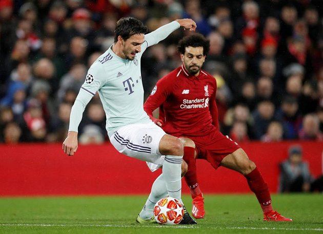 Mats Hummels z Bayernu v souboji s Mohamedem Salahem