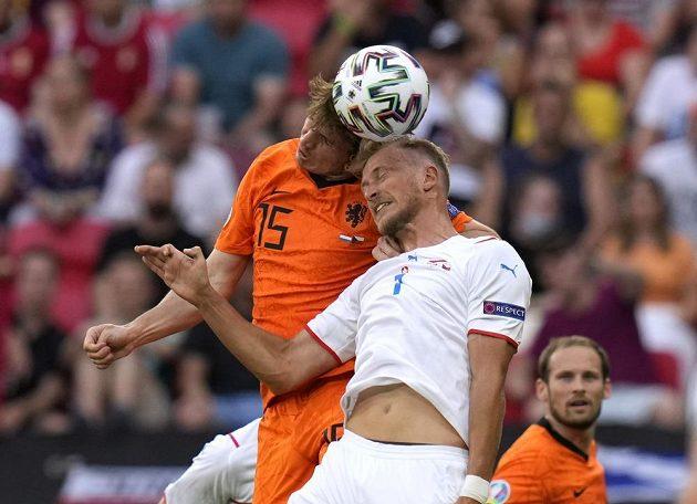 Nizozemský fotballista Marten de Roon v akci během osmifinále EURO s Antonínem Barákem.