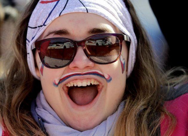 Česká fanynka při olympijském závodu snowboardkrosařek.