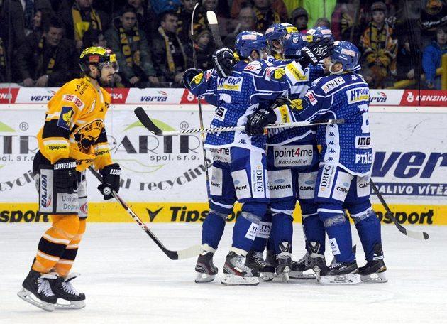 Radost brněnských hokejistů z úvodní branky zápasu, jejímž autorem byl Antonín Honejsek.