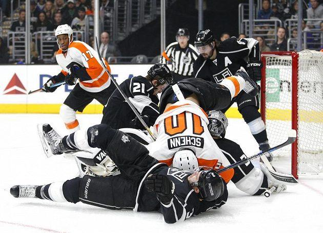 Skrumáž před brankou Los Angeles v zápase NHL proti Philadelphii.