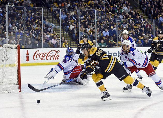 Český útočník David Pastrňák sice přihrál na gól Bostonu v utkání NHL proti New York Rangers, na konci duelu byl ale smutný - hosté vyhráli 2:1.